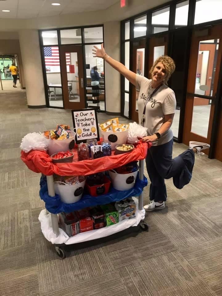 It has been a great first full week at Redding! THE KINDNESS CART   ️ made its first appearance of the year along with @meredithflinn97 and @stahlash to thank our staff for ALL of the their hard work. #Strive #StingersUp #HornetPride pic.twitter.com/6FZiXD9qbp